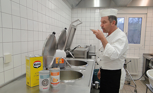 Helmut Gaab schmeckt das Essen ab